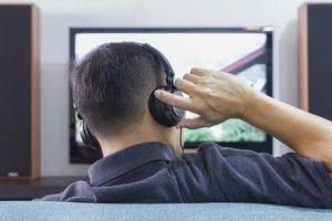 Lassen sich an einem Fernseher Kopfhörer anschließen?